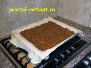 Быстрый пирог: смазать тесто зернистой горчицей