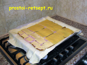 Быстрый пирог: разложить лепестки сыра