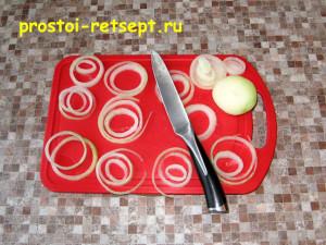 Филе индейки в духовке: лук нарезать тонкими кольцами