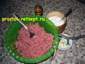 Мясной рулет: в фарш добавить соль, перец и чеснок