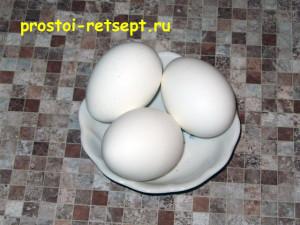 Мясной рулет: сварить вкрутую 3 яйца