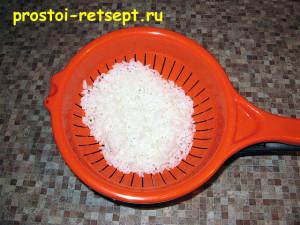 Рыбный пирог из консервов: сварить рис и остудить