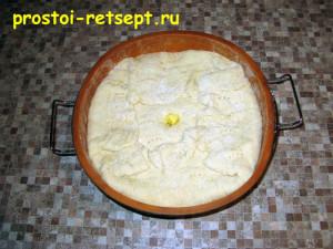Рыбный пирог из консервов: накрыть начинку и завернуть края теста