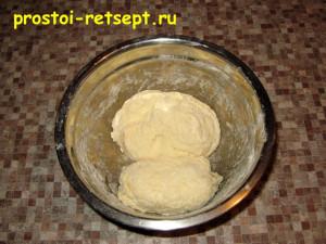 Рыбный пирог из консервов: замесить тесто