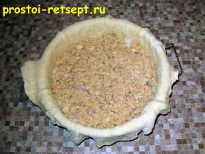 Рыбный пирог из консервов: выложить слой рыбы
