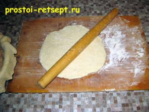 Рыбный пирог из консервов: раскатать оставшееся тесто