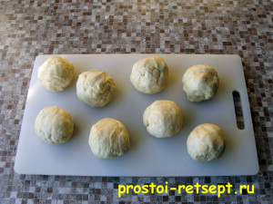 Рогалики с повидлом: разделить тесто на 8 частей