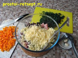 Салат с красной фасолью: сложить ингредиенты в миску