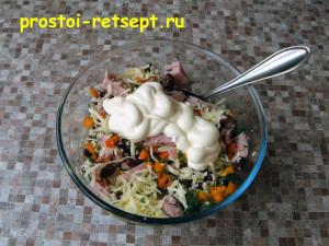 Салат с красной фасолью: добавить майонез