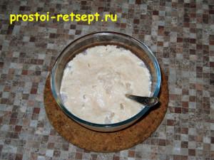 Дрожжевое тесто для пирогов: влить молоко в муку