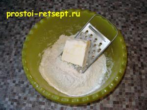 Дрожжевое тесто для пирогов: маргарин порубить с мукой