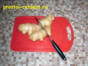 Лепешки на сковороде: очищаем корень имбиря