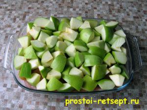 Индейка в духовке: выложить слой яблок