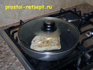 Лепешки на сковороде: жарим 5-6 минут с каждой стороны
