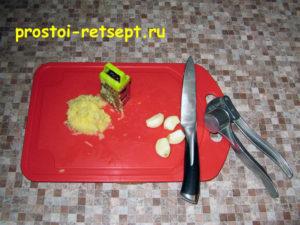Лепешки на сковороде: имбирь и чеснок натереть