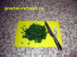 Лепешки на сковороде: нарезать зеленый лук