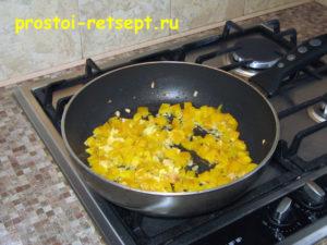 Курица в томатном соусе: выложить в сковороду перец и имбирь