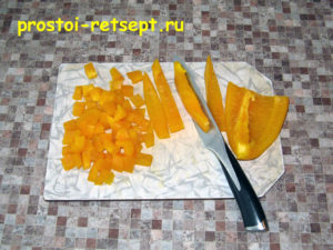 Курица в томатном соусе: перец нарезать кубиками
