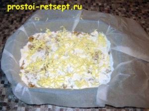 Болгарский яблочный пирог: слой сыпучей смеси покрыть сливочным маслом