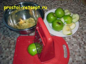 Болгарский яблочный пирог: натереть яблоки
