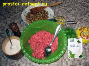 Рулет из фарша (тирольский попьет): смешать фарш, грибы, яйца и специи